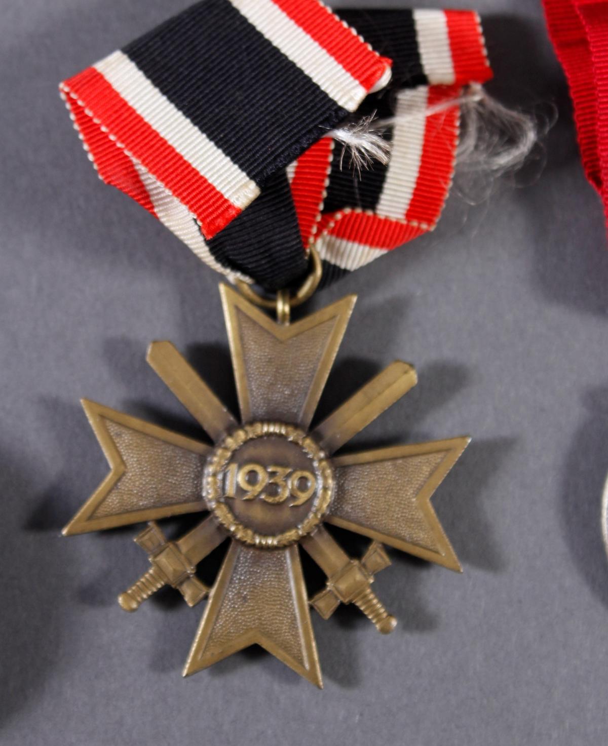 Militaria Konvolut WK II: Orden, Abzeichen und Fotos-4