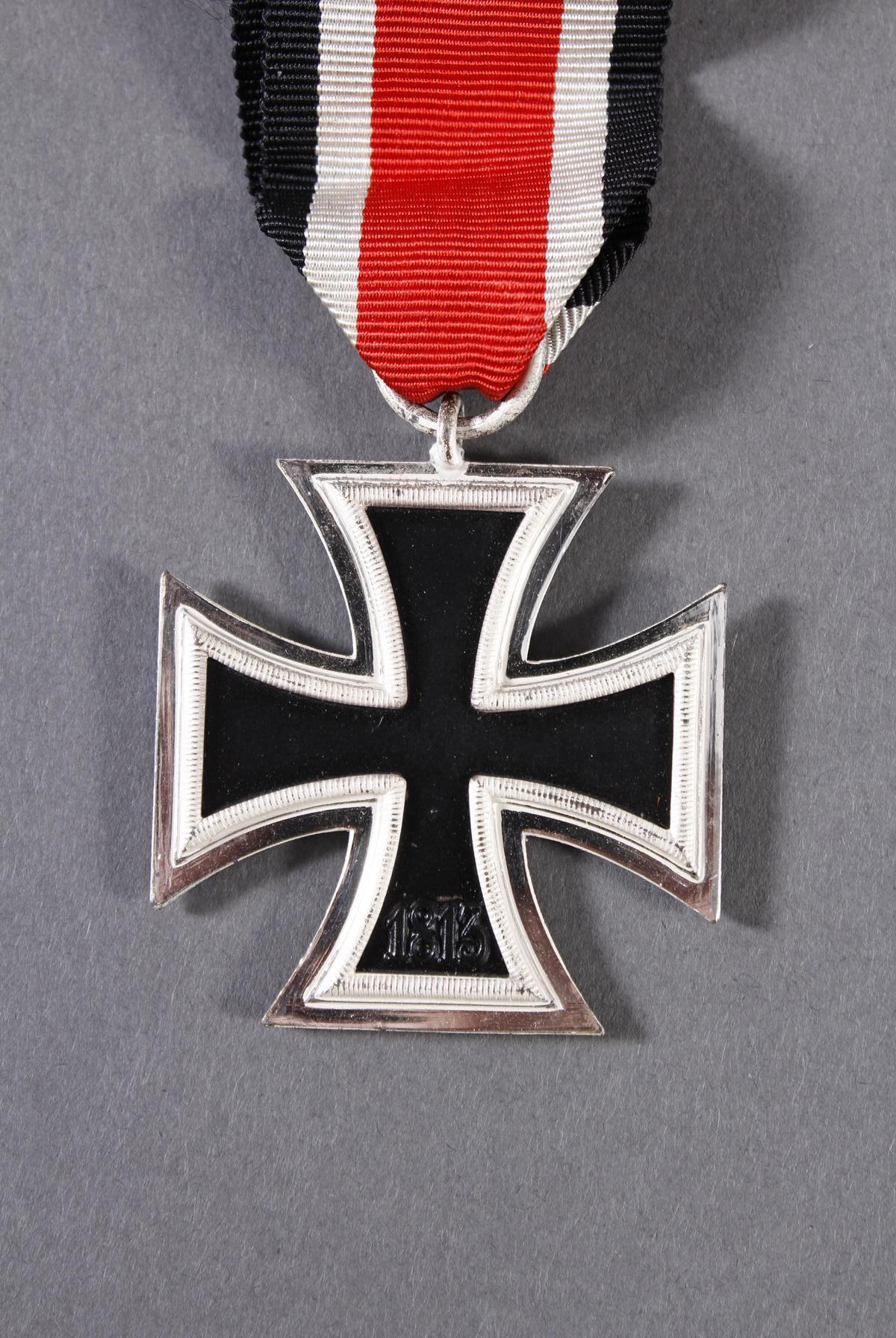 Militaria Konvolut WK II: Orden, Abzeichen und Fotos-9