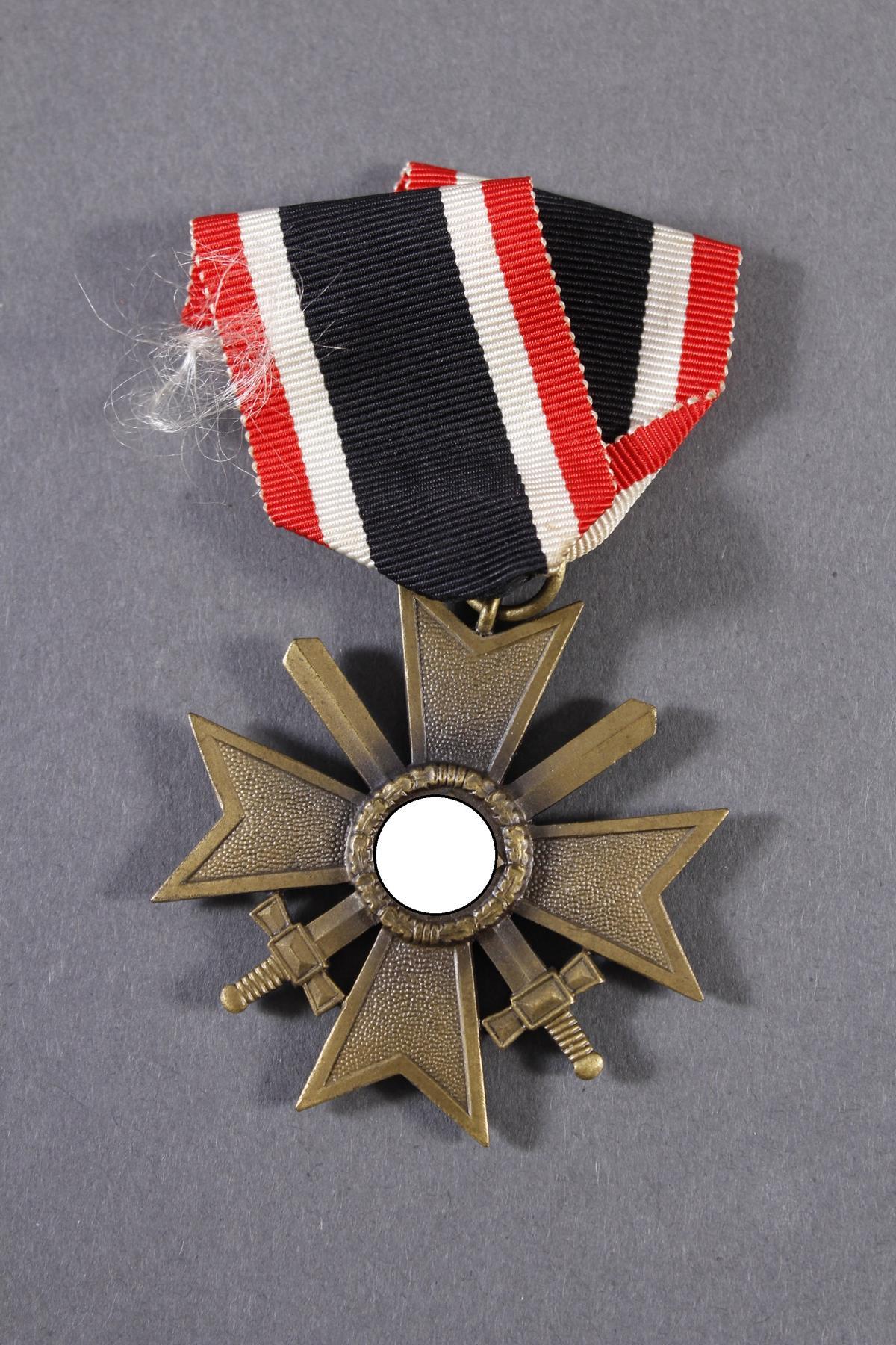 Militaria Konvolut WK II: Orden, Abzeichen und Fotos-12