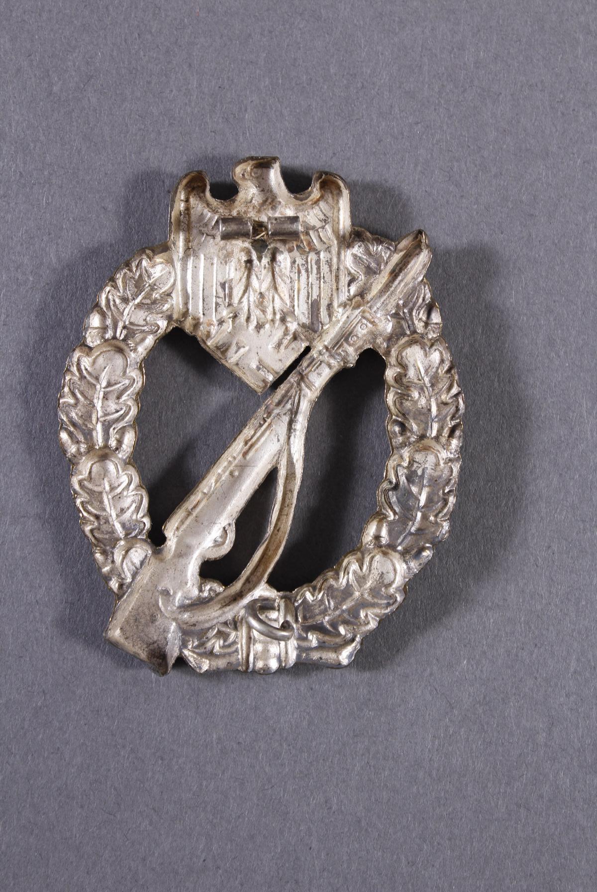 Militaria Konvolut WK II: Orden, Abzeichen und Fotos-14