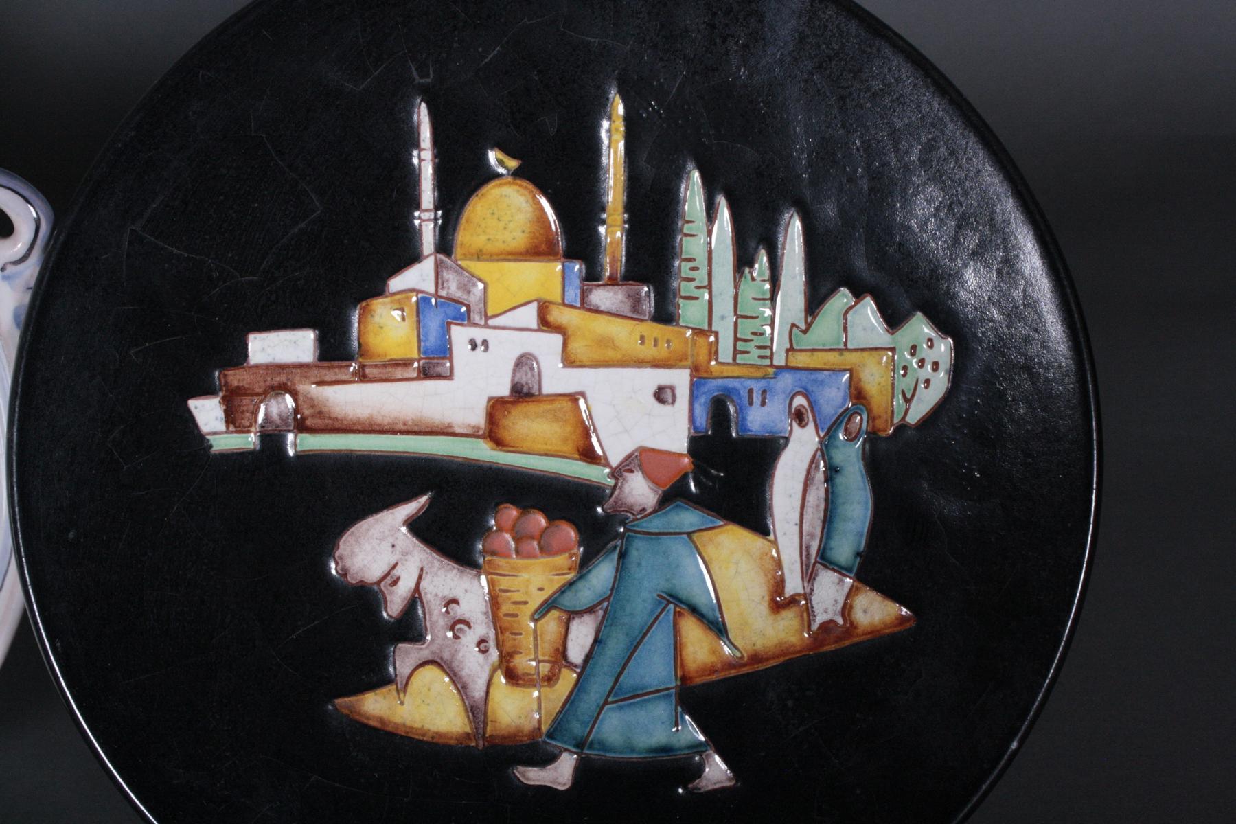 Drei Wandteller und eine Henkelschale, Karlsruher Majolika-5