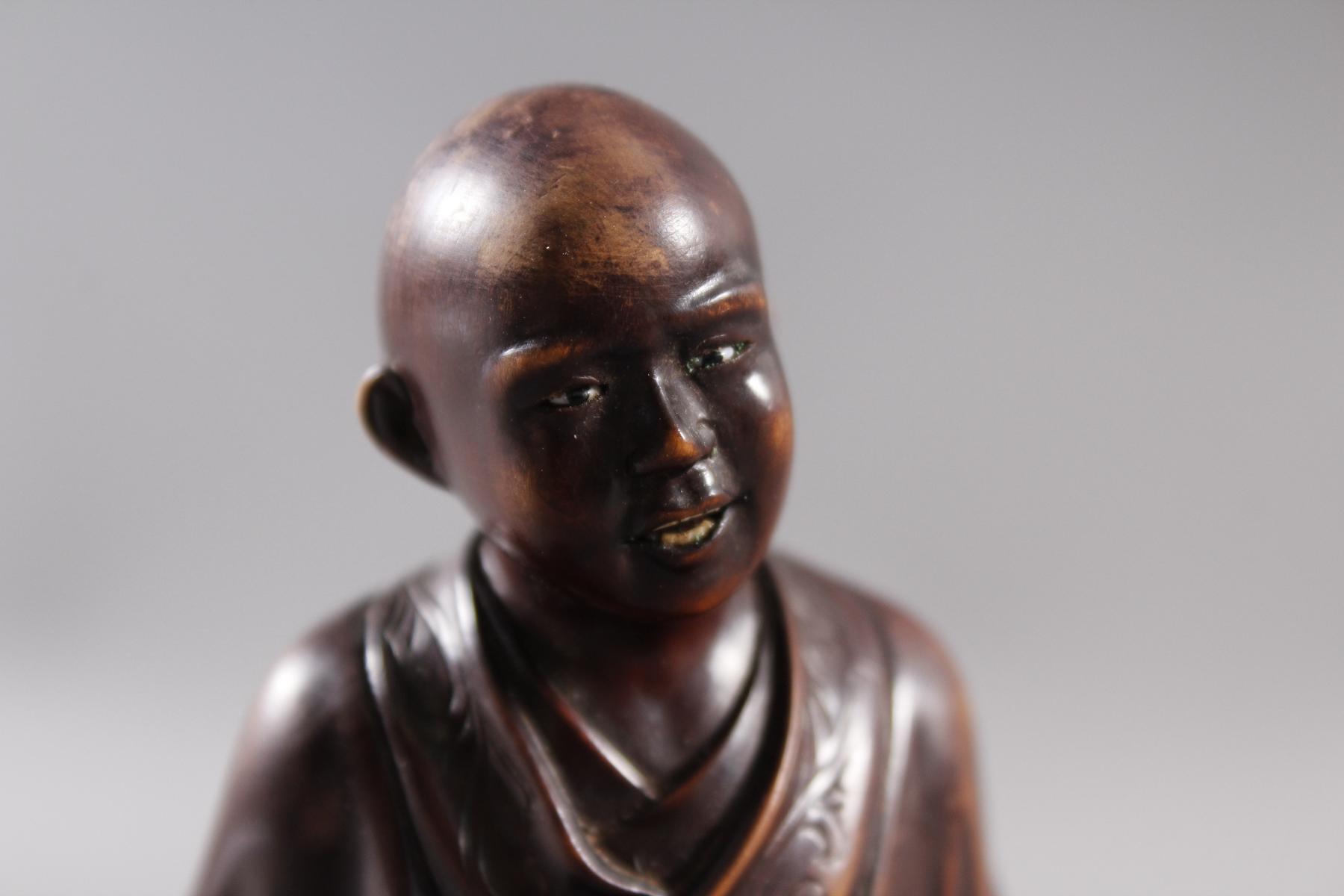 Kleine Holzplastik eines Mönchs, China Anfang/ Mitte 19. Jahrhundert-2