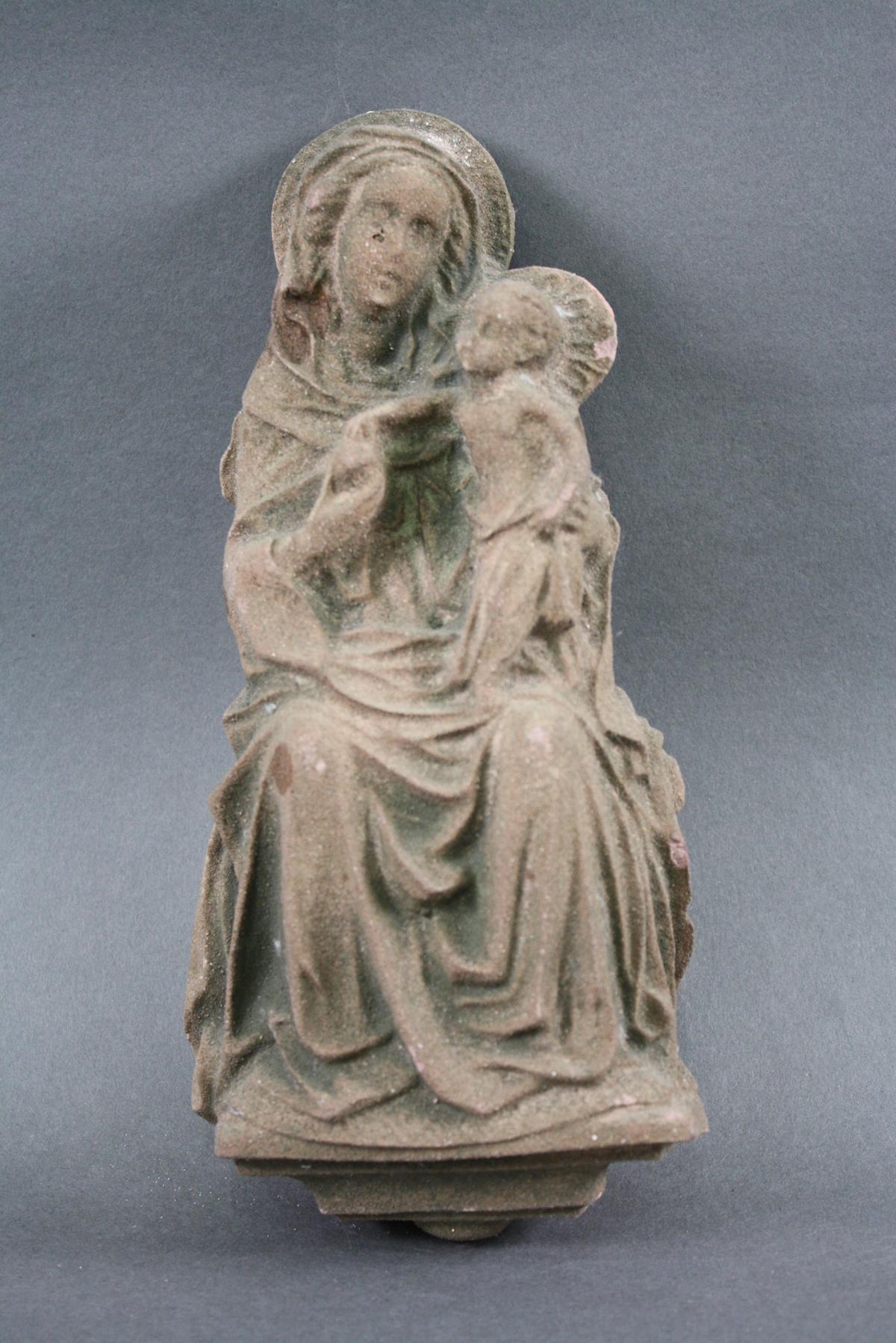 Kleines Terrakotta Wandrelief, sitzende Madonna mit Kind, 19. Jahrhundert