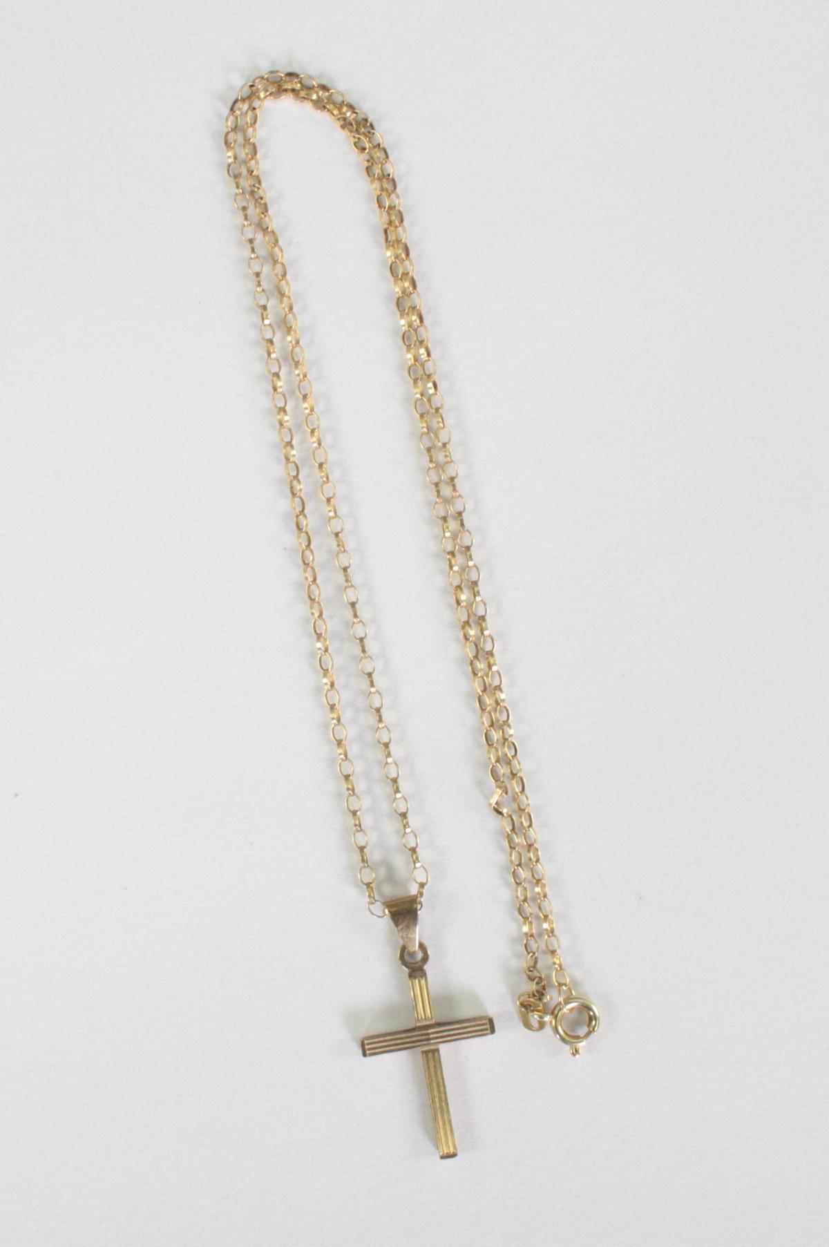 Halskette mit Kreuzanhänger, 8 und 14 Karat Gelbgold