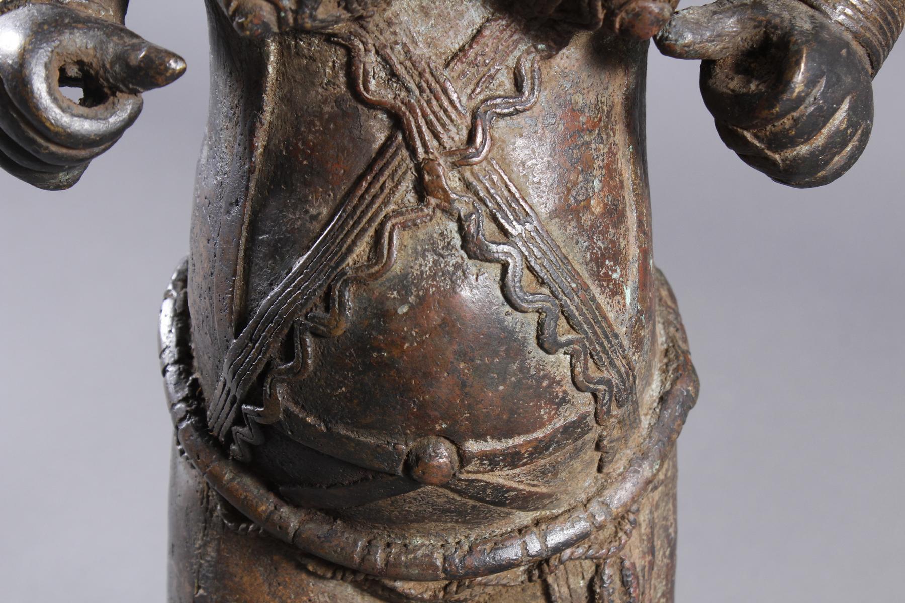 Bronze Gedenkfigur, Benin, Nigeria, 20. Jahrhundert-3