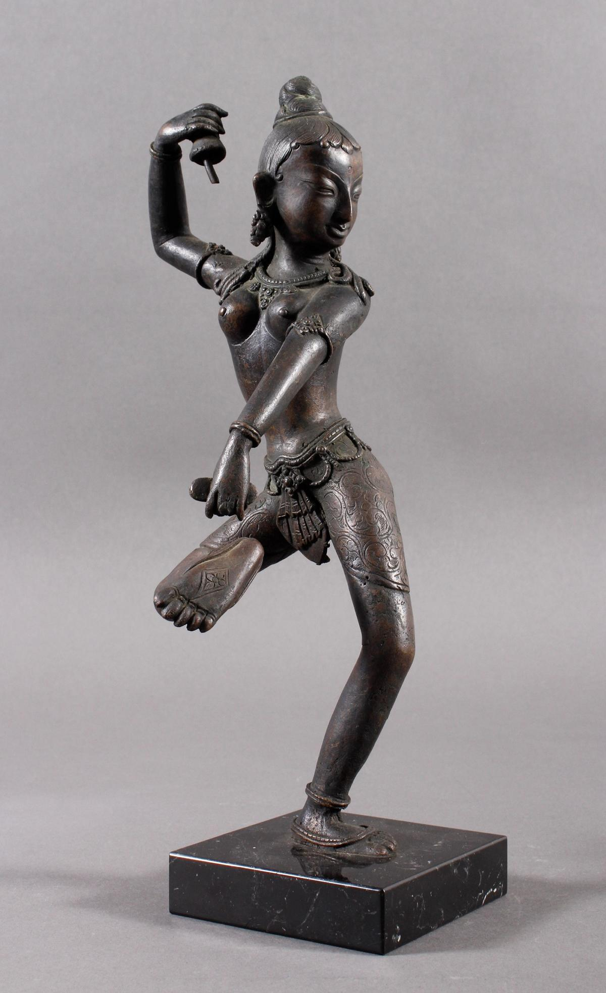 Bronze einer indischen Tänzerin auf schwarzem Marmorsockel, Südindien Anfang 20. Jahrhundert