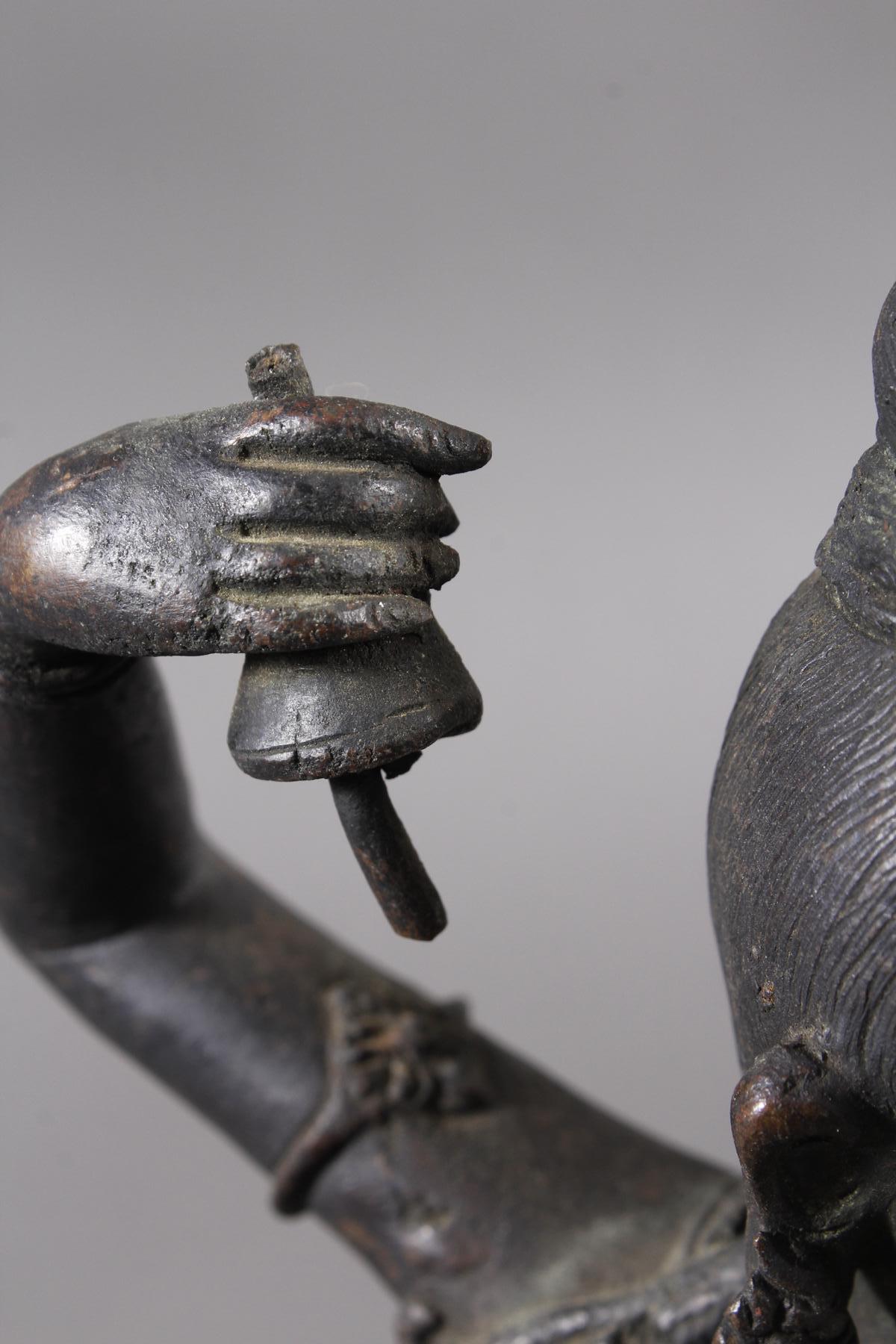 Bronze einer indischen Tänzerin auf schwarzem Marmorsockel, Südindien Anfang 20. Jahrhundert-3