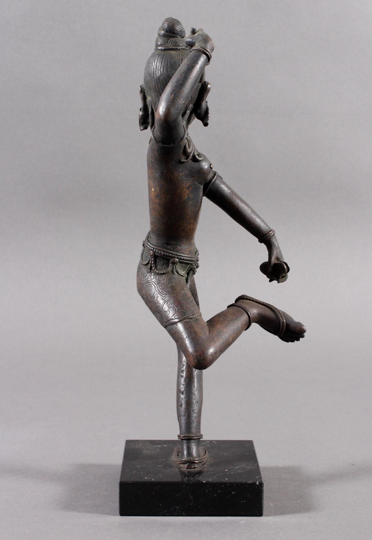 Bronze einer indischen Tänzerin auf schwarzem Marmorsockel, Südindien Anfang 20. Jahrhundert-4