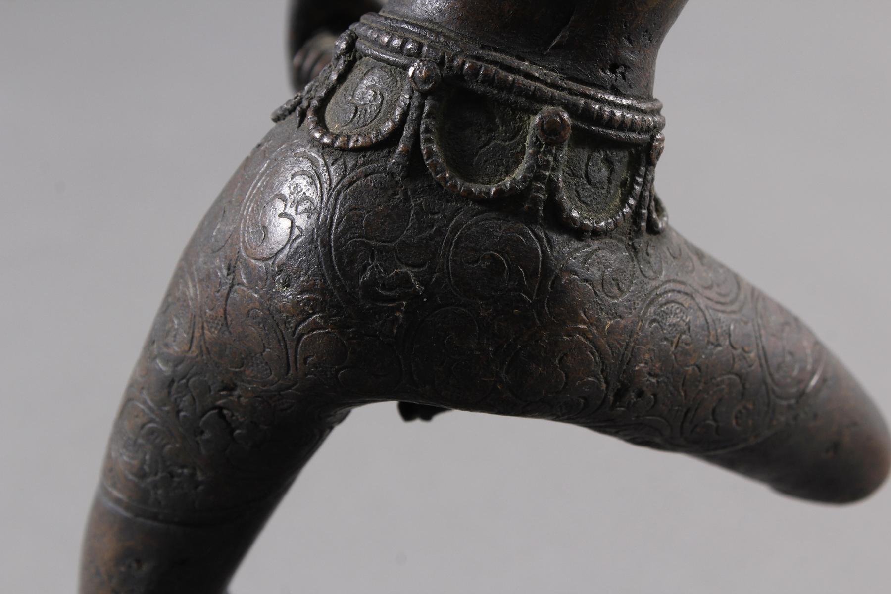 Bronze einer indischen Tänzerin auf schwarzem Marmorsockel, Südindien Anfang 20. Jahrhundert-7