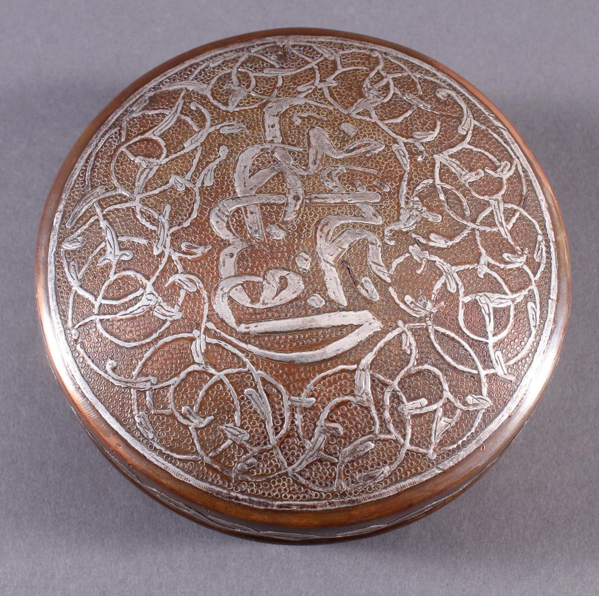 Silbertauschierte Deckeldose aus dickwandigem Kupfer