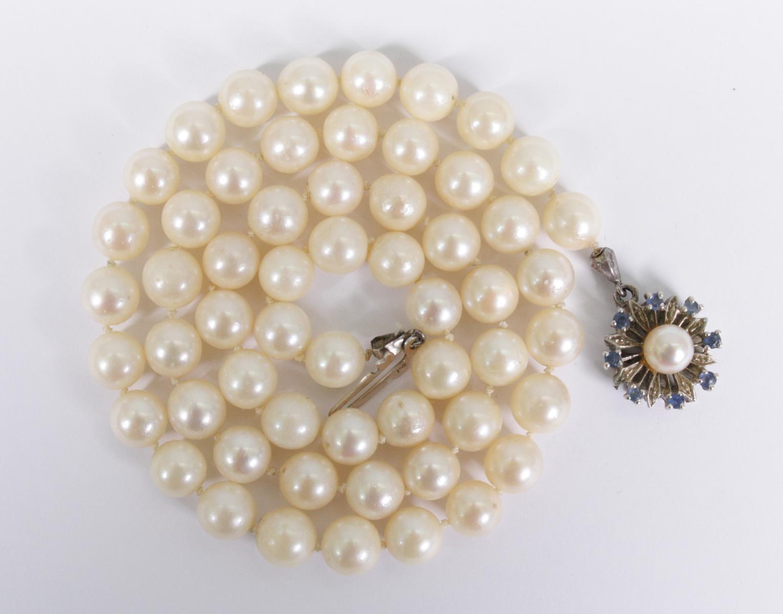 Perlenhalskette mit Weißgoldverschluß, 18 Karat mit Saphiren