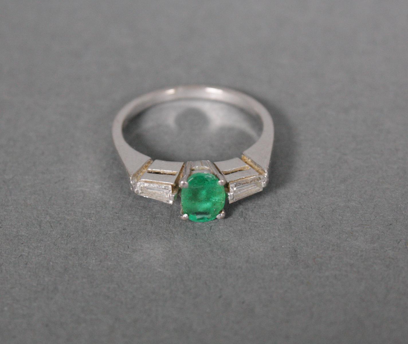 Damenring mit Smaragd und Diamanten, 18 Karat Weißgold