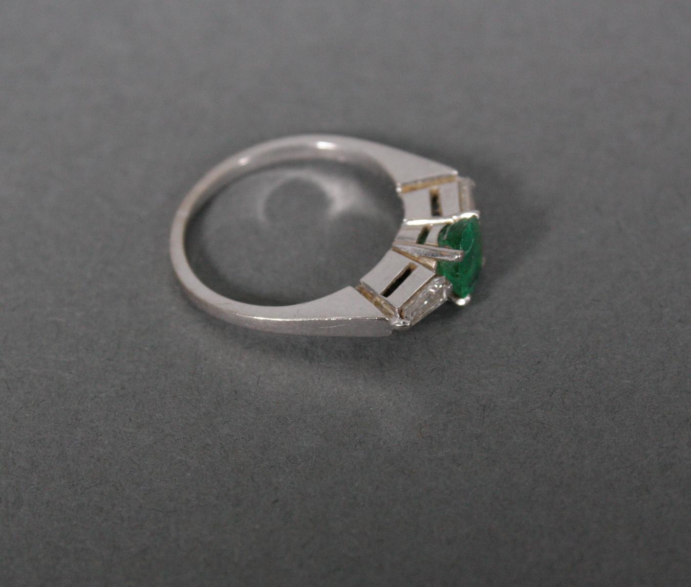 Damenring mit Smaragd und Diamanten, 18 Karat Weißgold-2