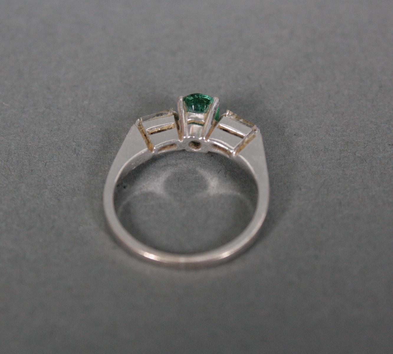 Damenring mit Smaragd und Diamanten, 18 Karat Weißgold-3