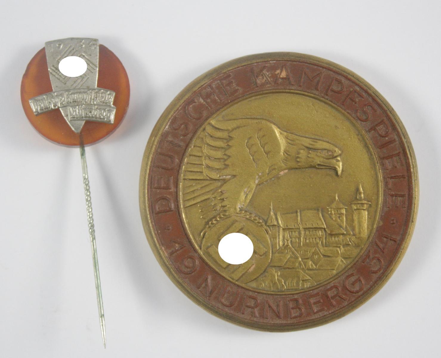 Teilnehmerabzeichen und Steinzeug-Medaille Deutsche Kampfspiele Nürnberg 1934