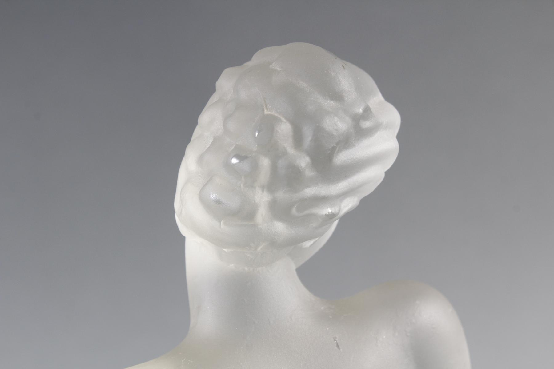 Glasskulptur, Frauenakt auf Sockel, Böhmen um 1950-6