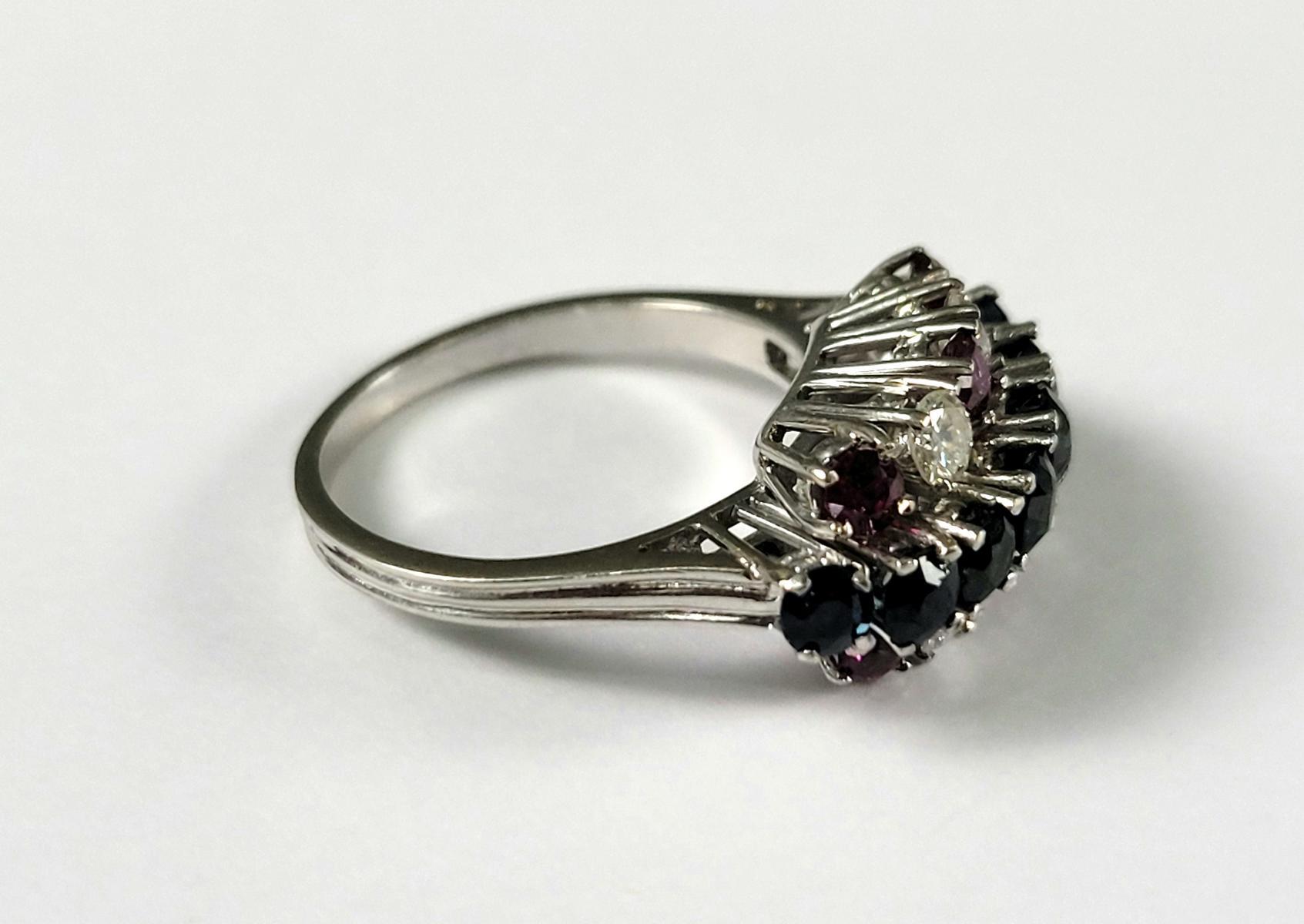 Damenring mit Saphiren, Diamanten und Rubinen, 18 Karat Weißgold-2