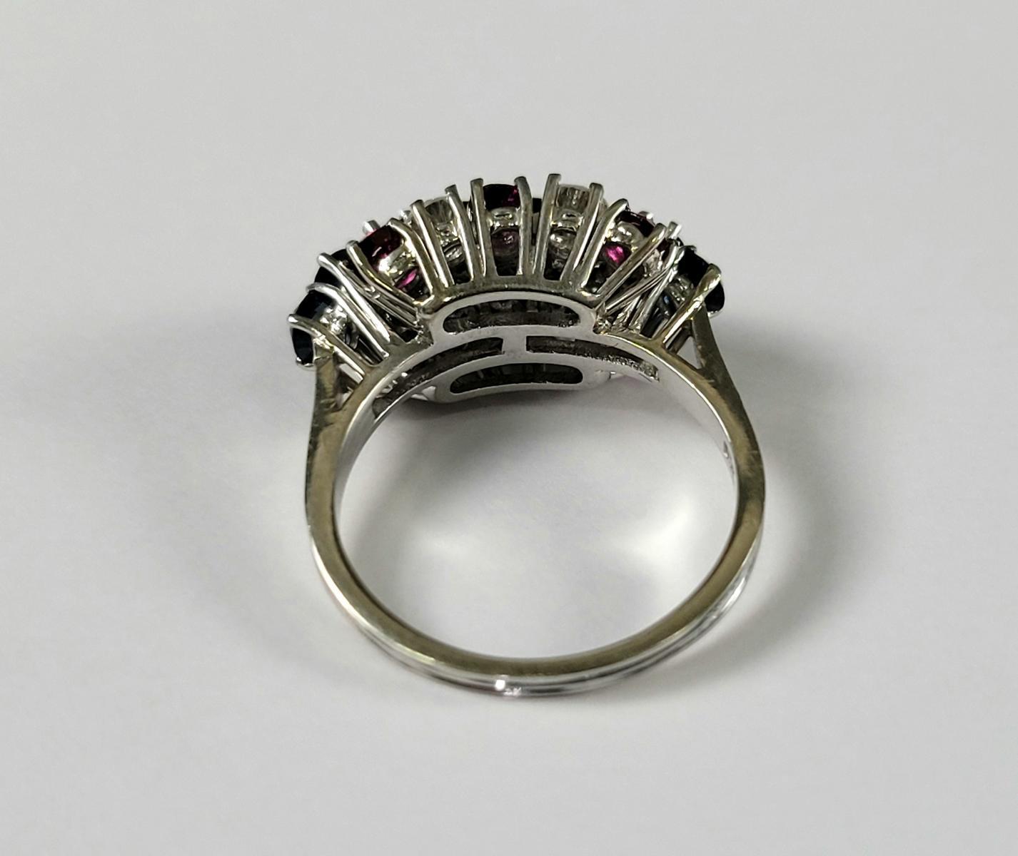 Damenring mit Saphiren, Diamanten und Rubinen, 18 Karat Weißgold-3