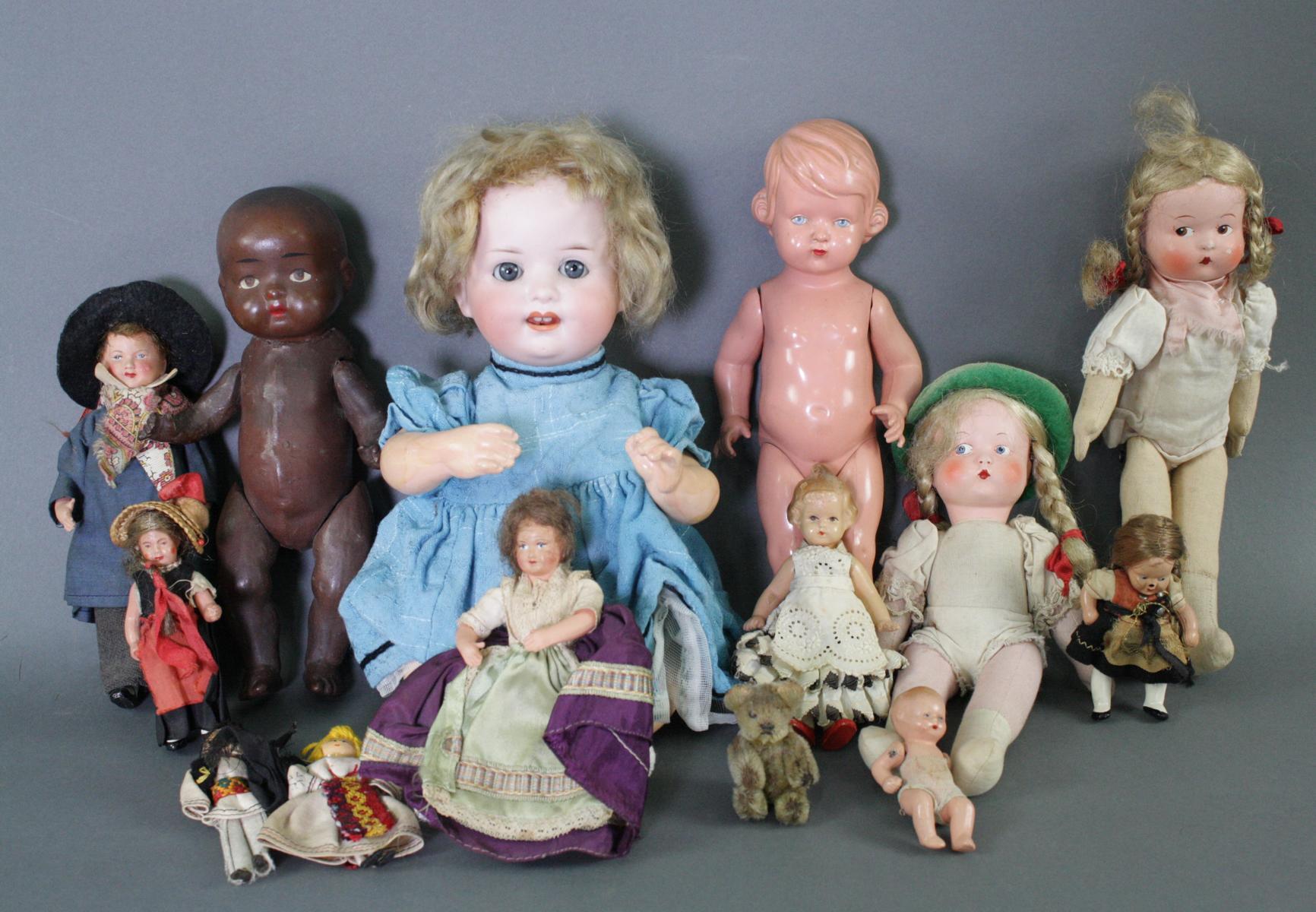 12 sehr alte Puppen, 1. Hälfte 20. Jahrhundert oder älter