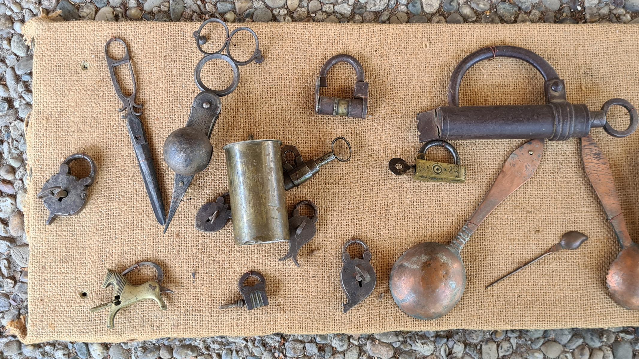Sammlung Vorhängeschlössern mit Schlüssel, Löffel und Scheren, 18./19. Jahrhundert-2