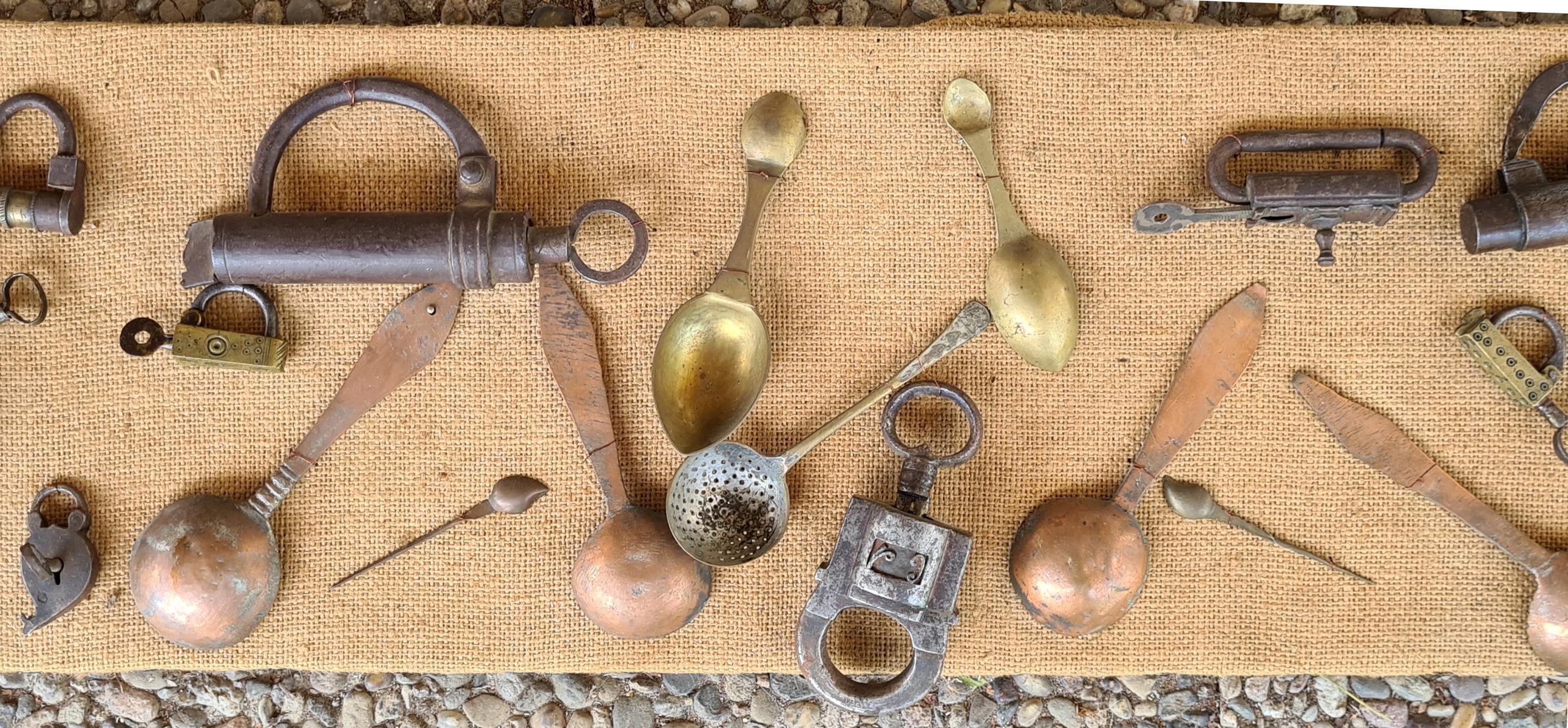 Sammlung Vorhängeschlössern mit Schlüssel, Löffel und Scheren, 18./19. Jahrhundert-3