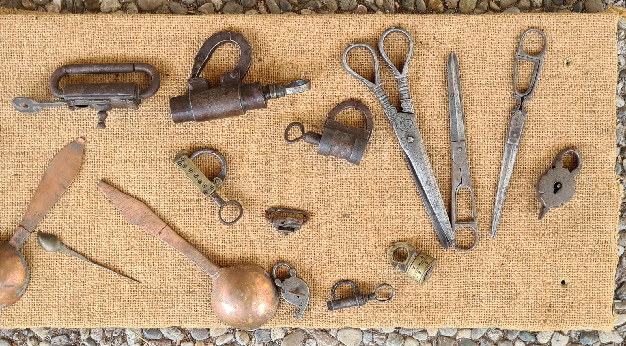 Sammlung Vorhängeschlössern mit Schlüssel, Löffel und Scheren, 18./19. Jahrhundert-4