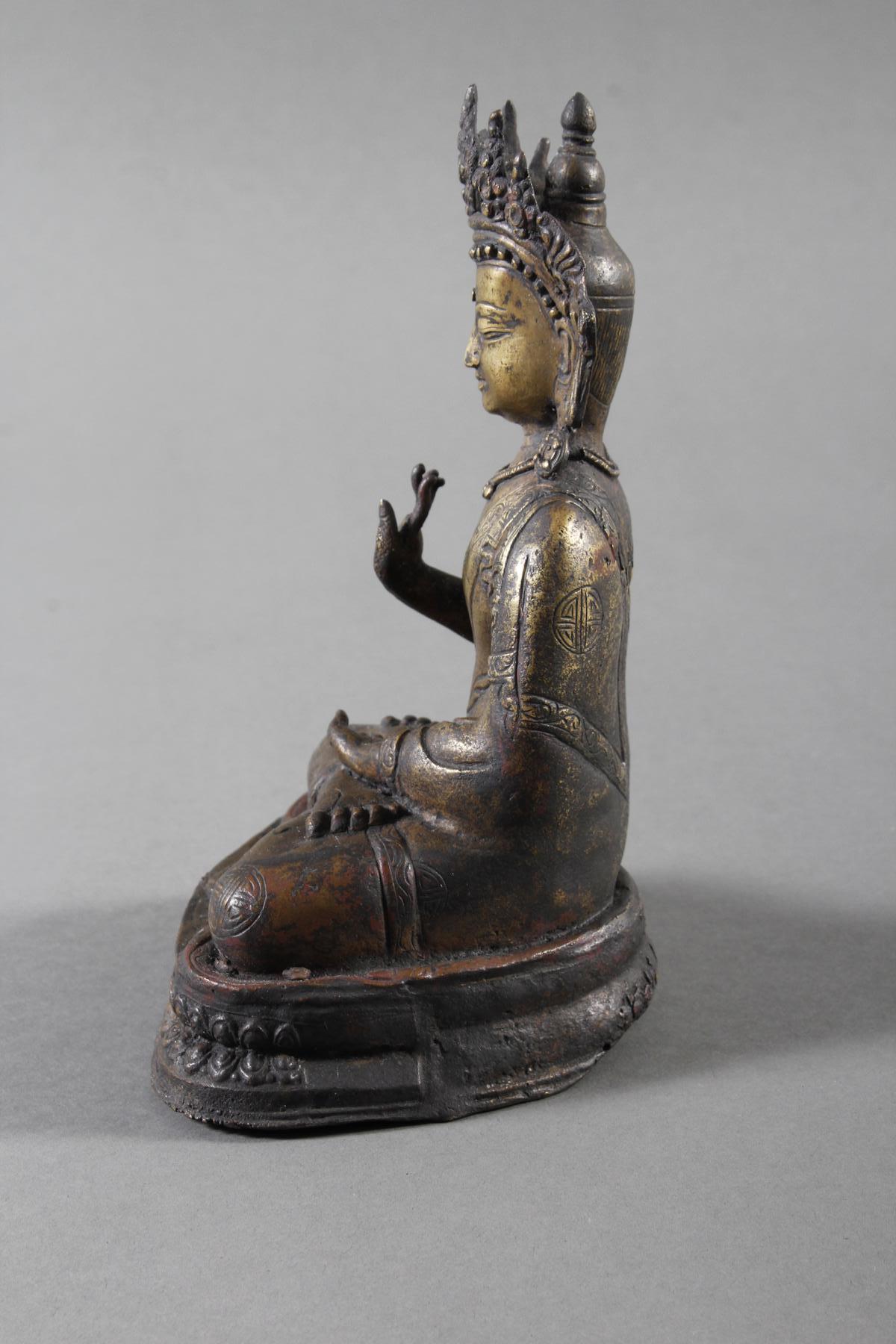Bronze des Buddha in Schutz gewährender Haltung auf Doppel Lotos sitzend, Tibet 18. Jahrhundert-7