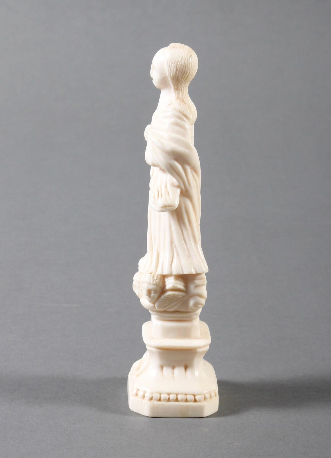 Elfenbeinschnitzerei einer Heiligen  auf einem Podest stehend-5