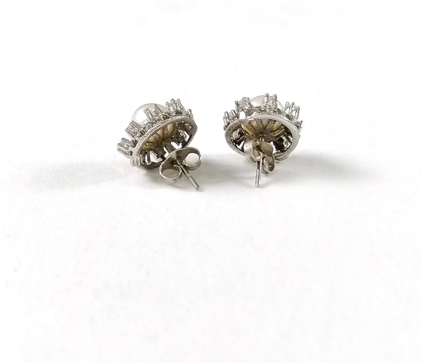 18 Karat Weißgold Ohrstecker mit Diamanten und Perlen-3