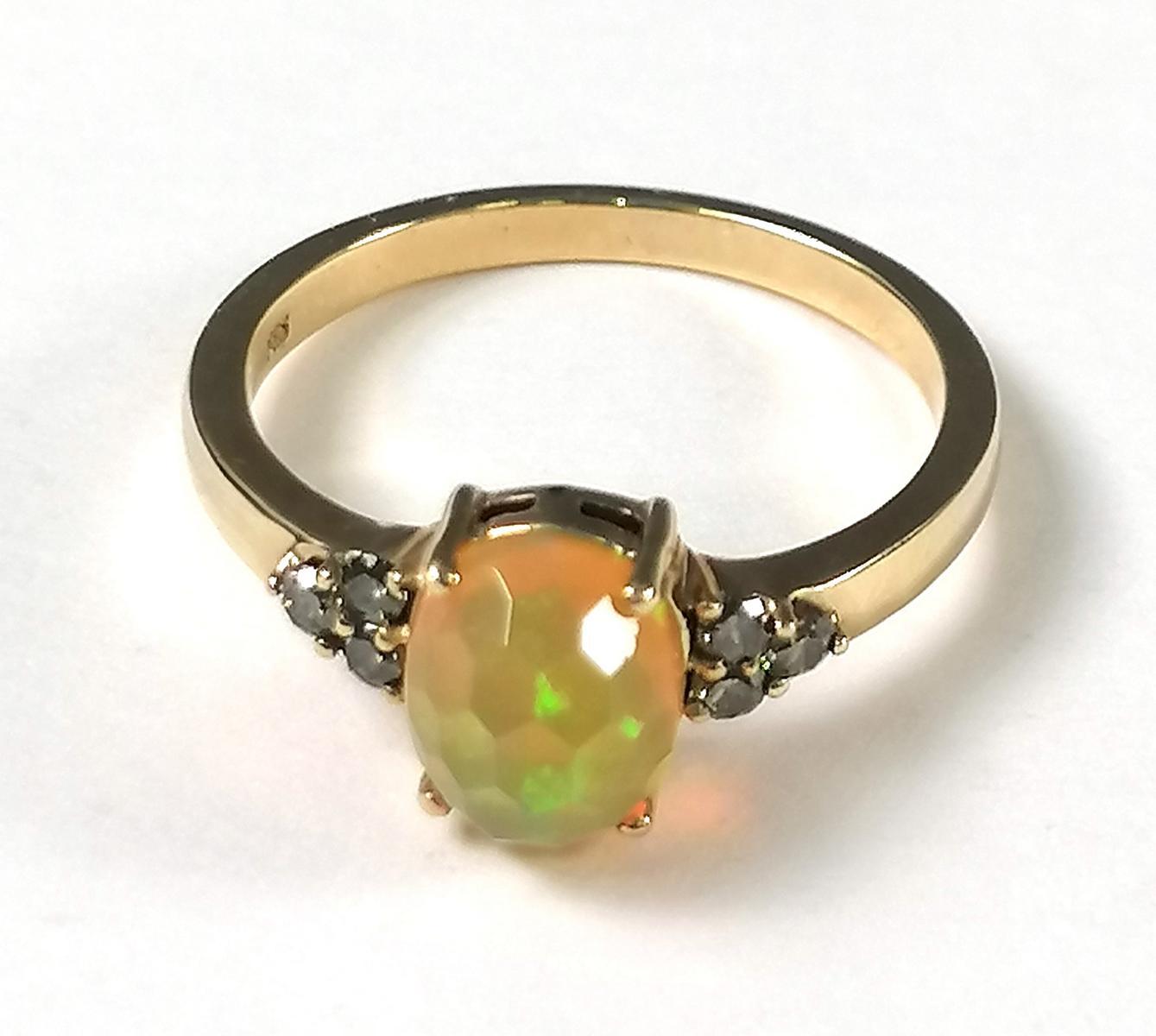 14 Karat Gelbgoldring mit facettiertem Opal und Diamanten