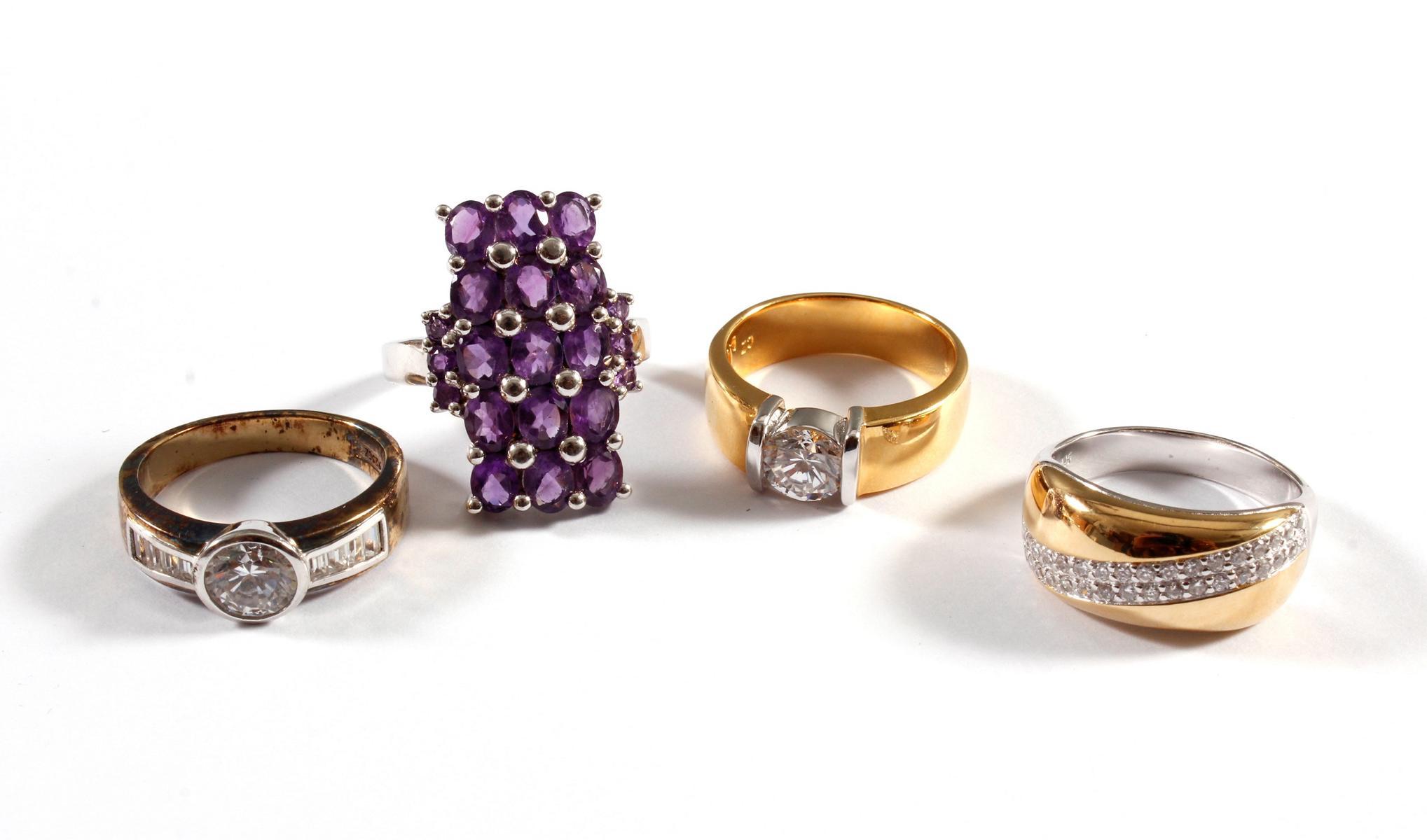 4 Silberringe mit Farb- und Glassteinen
