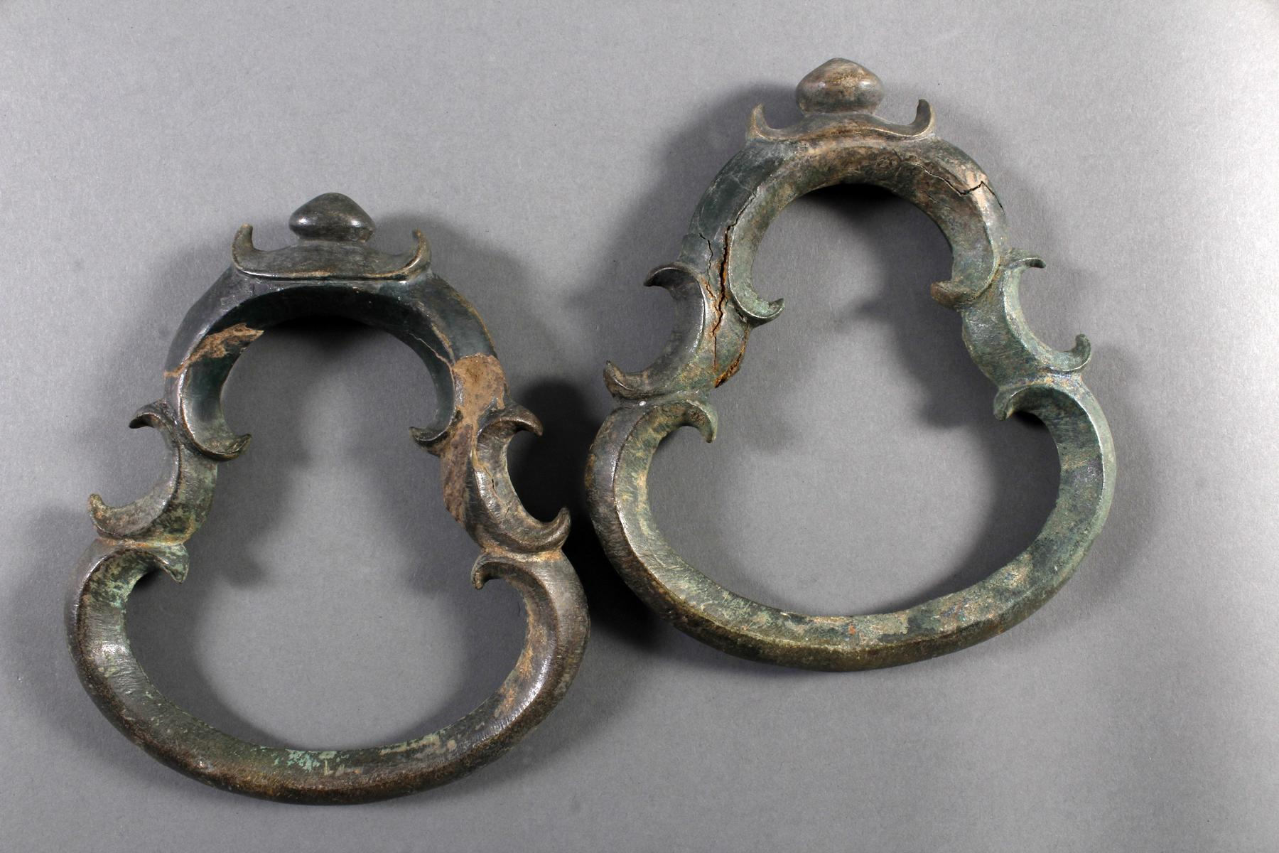 2 Glücksbringersymbole aus Bronze, Angkor 12./13. Jahrhunder