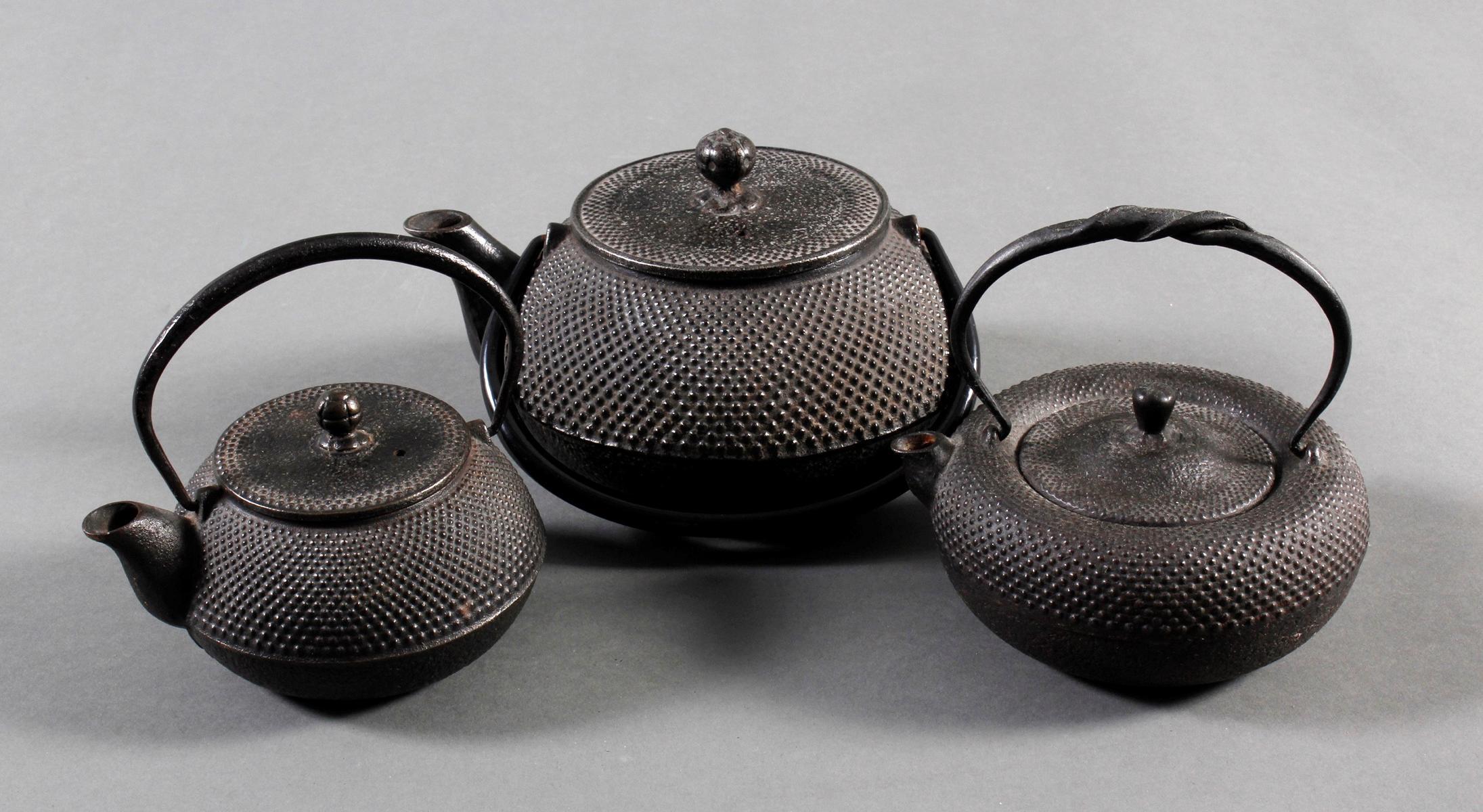 3 Teekannen (Tesubin) aus Eisen, Japan/China 19. Jh.